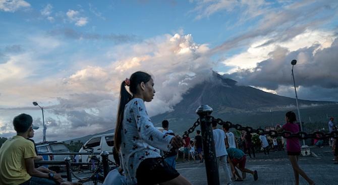 Изригването на филипински вулкан накара хиляди хора да напуснат домовете си