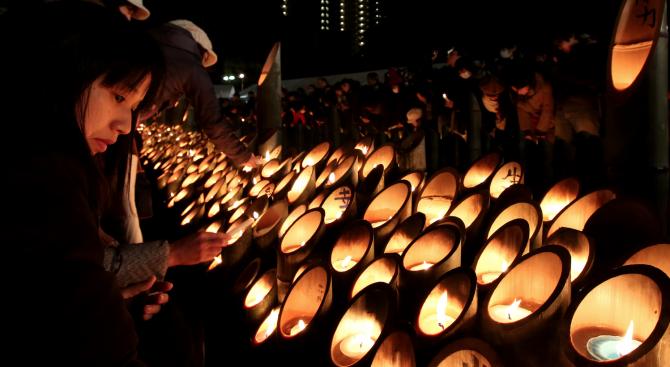 Япония почете паметта на загиналите в силното земетресение в Кобе преди 25 години