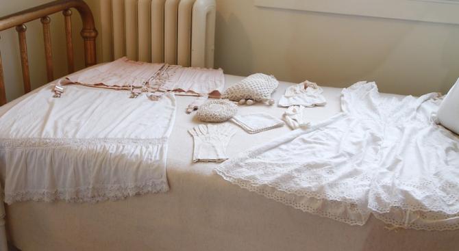 Долно бельо под формата на огромни памучни кюлоти, дълги копринени