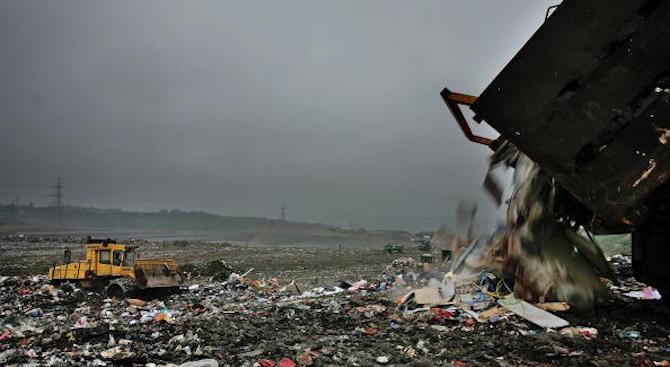 Разследват длъжностни лица от РИОСВ за депото с опасни отпадъци край Гълъбово