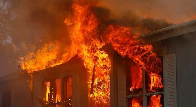 Най-малко осем души загинаха при пожар в старчески дом в
