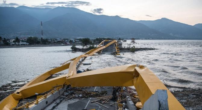 Седем загинали при срутване на мост в Индонезия