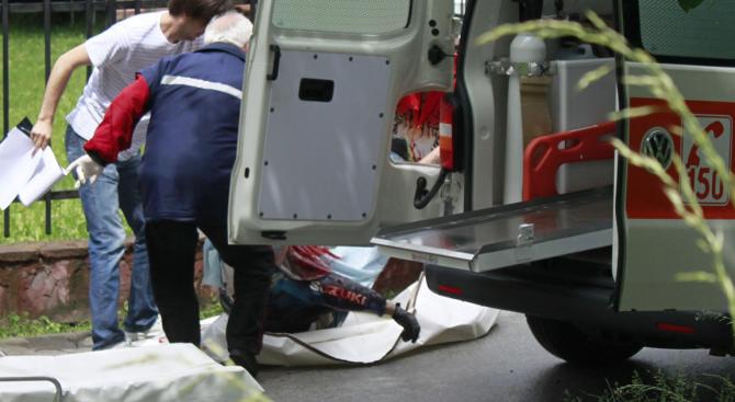 Товарен автомобил вкара млад мъж в болница