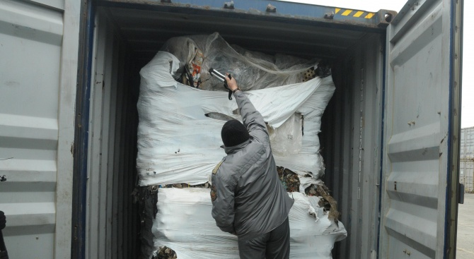 Отварят контейнерите с италианския боклук на пристанището в Бургас