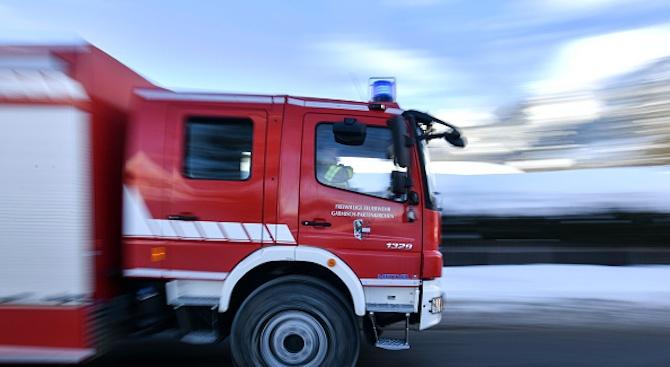 Пожарникари спасиха възрастна жена от горяща къща