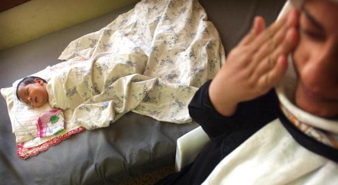 Майка изгори бебето си с вряла вода при къпане