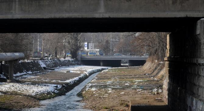 Доброволци дават пример на ВиК как се чисти Владайска река