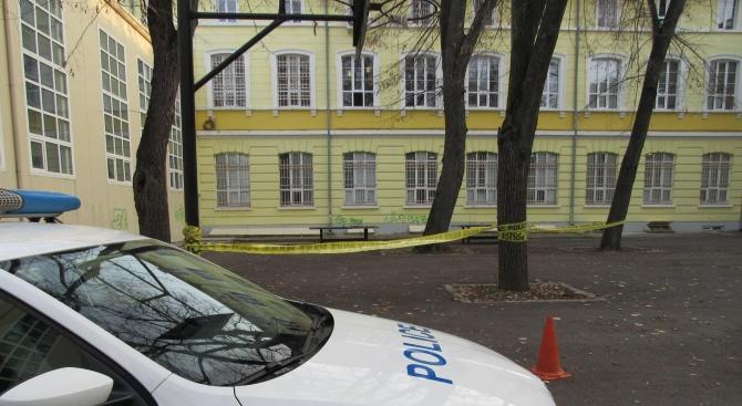 15-годишен загина в двора на училище, разследват самоубийство