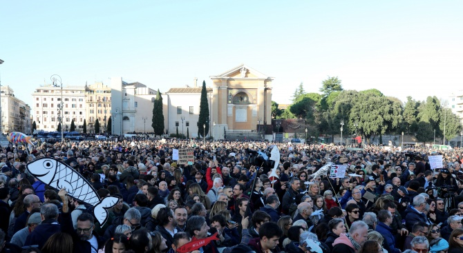 """Десетки хиляди """"сардини"""" пяха """"Bella Ciao"""" на митинг в Италия"""