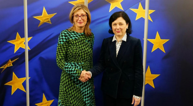 Екатерина Захариева се срещна с трима еврокомисари