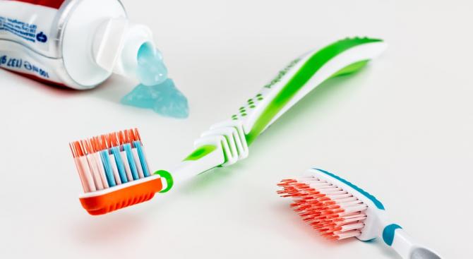 Мийте зъбите си, стоейки на един крак, съветват специалисти