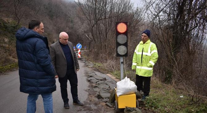 Поставен е светофар в района на свлачището под Асеновата крепост
