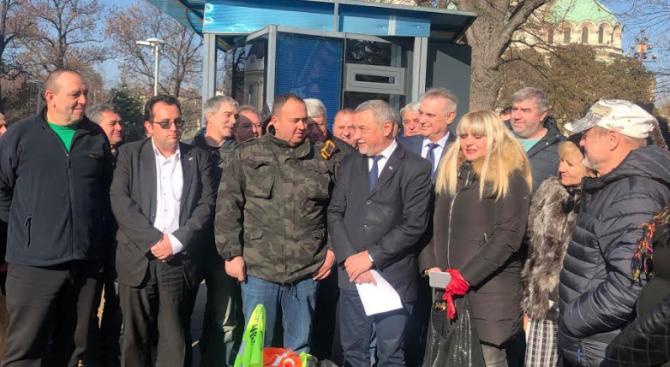 Малките търговци на горива посрещнаха с аплодисменти Валери Симеонов пред парламента