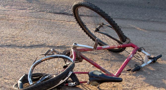 Камион и кола последователно блъснаха велосипедист