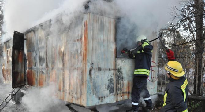 Обгорели човешки останки откриха в пламнал фургон