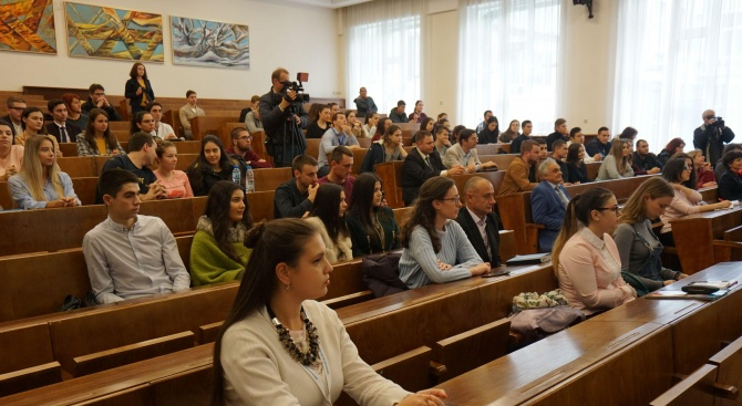 Стипендия от 100 лева месечно за студентите, завършили училище с високи резултати на държавните изпити