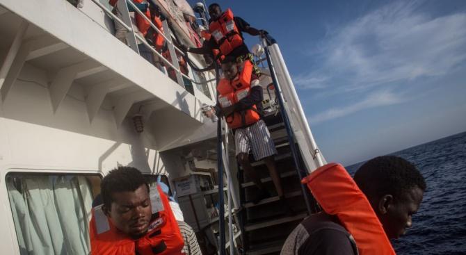 "Хуманитарният кораб ""Оушън вайкинг"" спаси 92 мигранти край Либия"