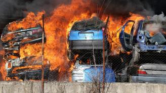 Прокуратурата подхвана огромния пожар в автоморга в Хасково