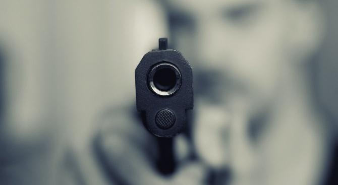 Белезници за дядо, стрелял по мъж