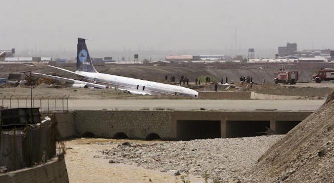 Пътнически самолет кацна на магистрала в Иран