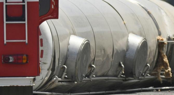 Цистерна с вода се обърна на пътя за Банско, движението е затруднено