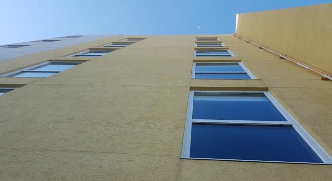 27-годишна падна от 9-ия етаж на жилищен блок, след което се изправи и потърси помощ