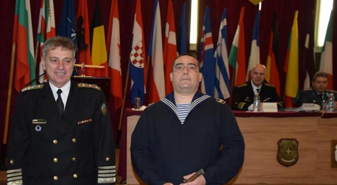 Наградиха военнослужещ от ВМС, спасил човешки живот