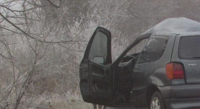 Жестока катастрофа между автобус и три коли край Микре