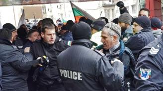 Протестиращи опитаха да щурмуват сградата на МРРБ, има обгазени