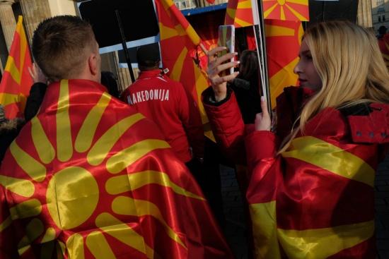 Одобряването ли решението на депутатите в Скопие за промяната на името на Македония?
