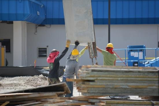 Защо според вас българите в чужбина работят предимно като чистачки и строители?