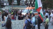 Протестиращите правят път за линейките отиващи към инцидента на Цариградско