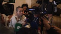 Упорит репортер преследва Бойко Борисов в парламента