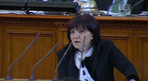 Караянчева към Местан: Доверие не се печели с торбички и часовници