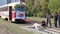 Рускиня тегли 17-тонен трамвай