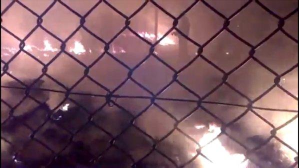 Десетки ранени мигранти при пожар и бой в бежански лагер в Гърция