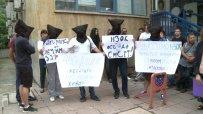 С черни маски и вързани ръце граждани протестират пред НЗОК