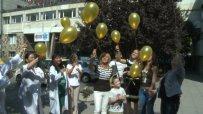 Златни балони полетяха в небето за болните от рак деца