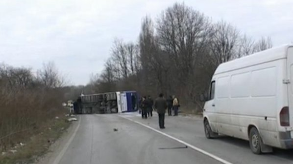 Трима загинали и над 10 ранени при жестока катастрофа между автобус и кола край Микре