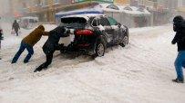 Зимата парализира и Истанбул, Босфорът е затворен