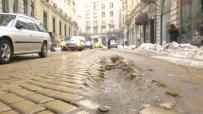 Кратери се отвориха по столичните улици заради снегопочистването