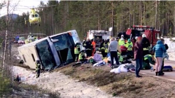 Трима загинали и десетки ранени при катастрофа на училищен автобус в Швеция
