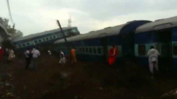 Влак дерайлира в Индия, десетки загинали и стотици ранени