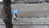Леден дъжд се изсипа над София
