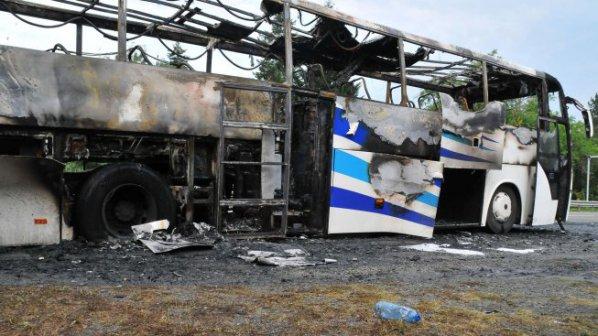 Само една от вратите на подпалилия се автобус край Ветрен е работела