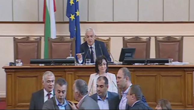 Скандал в парламента: Управляващи и опозиция се скараха