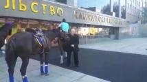 Руски депутат дойде на работа с кон заради високите цени на горивата