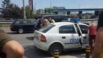 Разгневена шофьорка чукна 5 пъти такси на задна, арестуват я