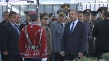 Румен Радев прие почетния караул пред Паметника на българския летец