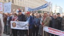 Десетки пенсионери на протест пред МС: Не можем да живеем вече с тези стотинки